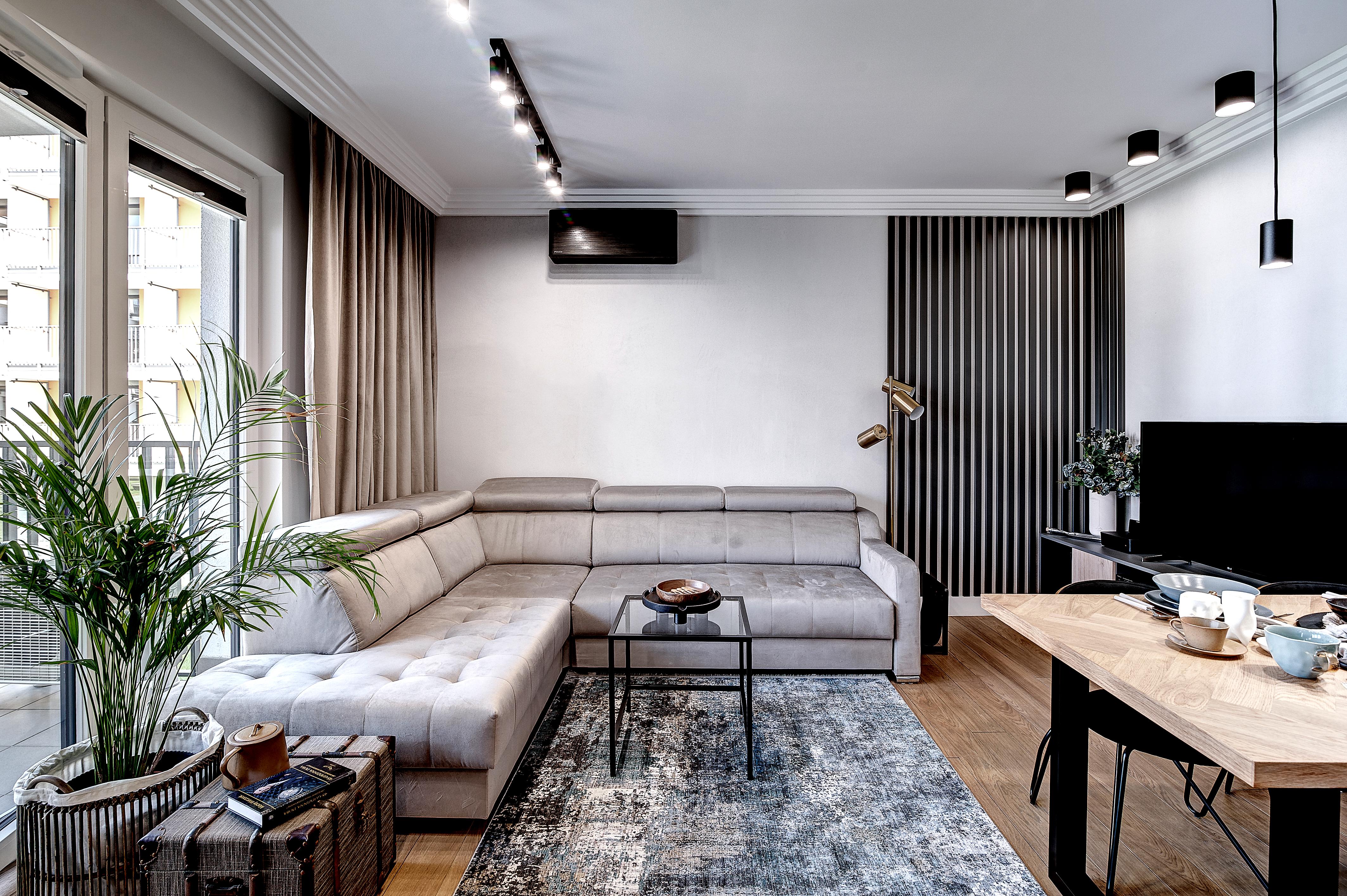 Marika Kafar. Projekt eleganckiego salonu z czarnymi listewkami na ścianie.