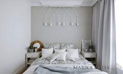 Marika Kafar. Sypialnia z charakterystyczną lampą zamiast lampek nocnych.