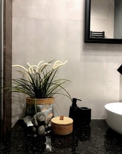Marika Kafar. Betonowa łazienka . Nowoczesna łazienka z brązem . Czarna armatura w łazience.