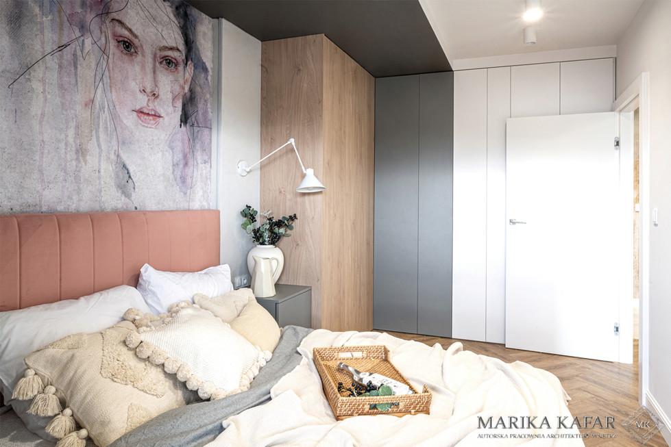 Marika Kafar. Projekt sypialni z elementami różu i szarości.