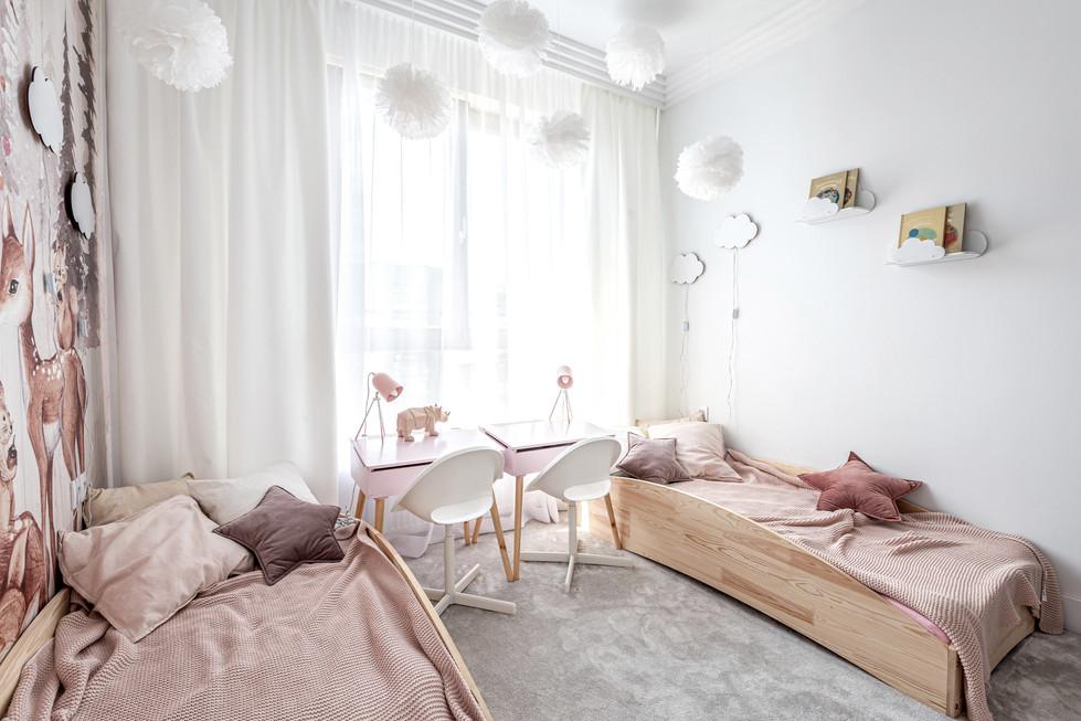 Marika Kafar. Pokój dla dziewczynek, z różowymi akcenatmi.