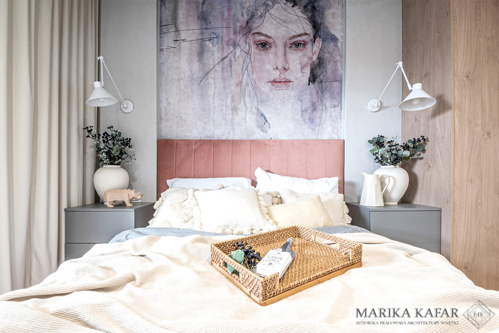 Marika Kafar. Eklektyczna sypialnia z wyrazistą tapetą nad łóżkiem.