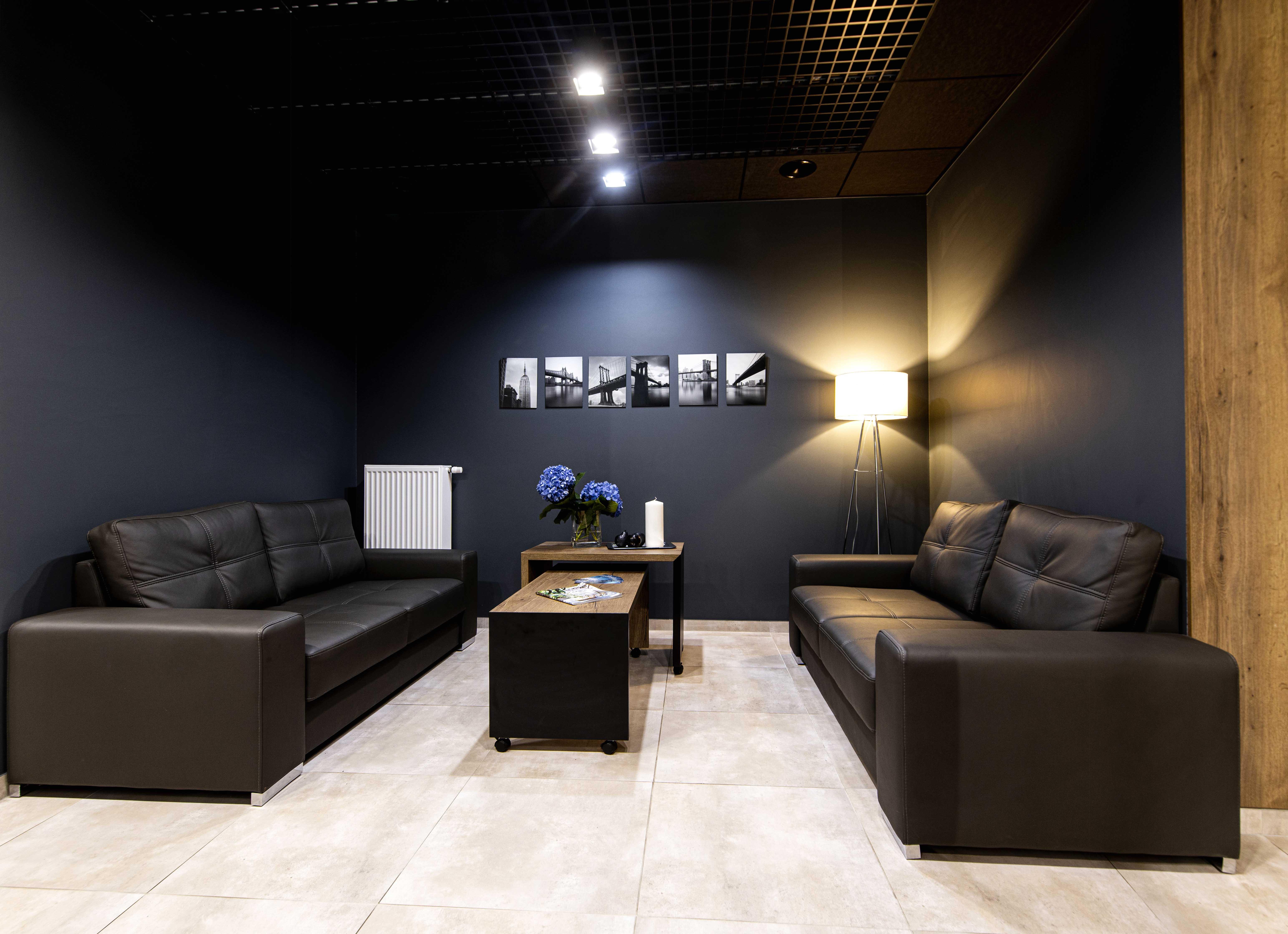 Marika Kafar. Czarne ściany i dobrze dobrane oświetlenie sprawiają, że wnętrze jest przytulniejsze.