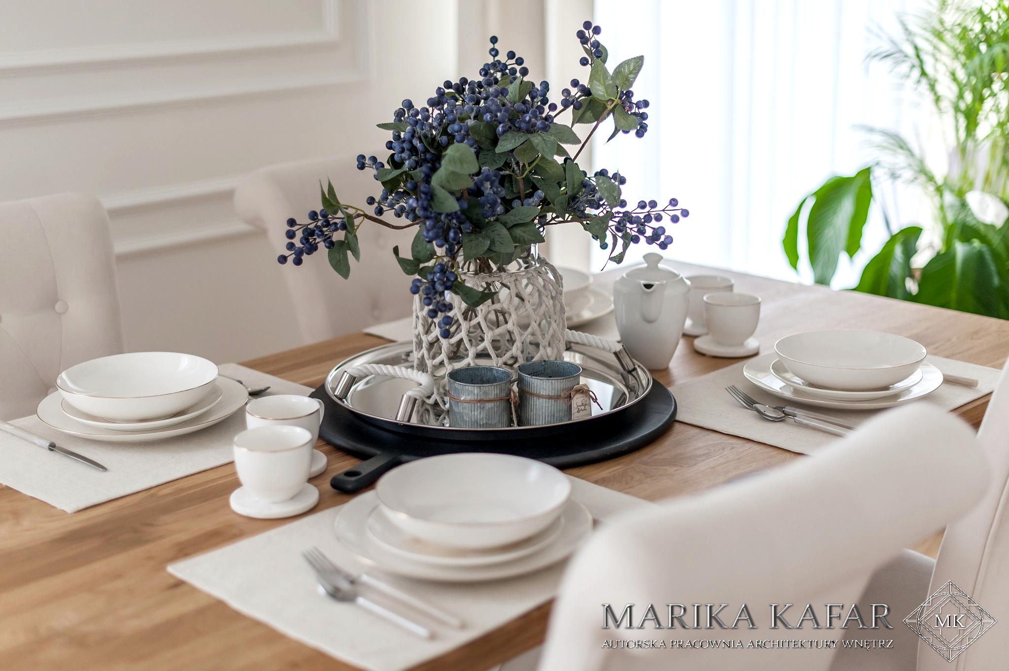 Marika Kafar. Jadalnia z drewnianym stołem.