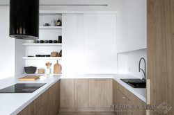 Marika Kafar. Projekt minimalistycznej kuchni z drewnianymi szafkami.