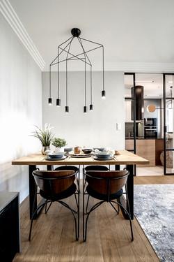 Marika Kafar. Projekt salonu z jadalnią z charakterystyczną czarną lampą.