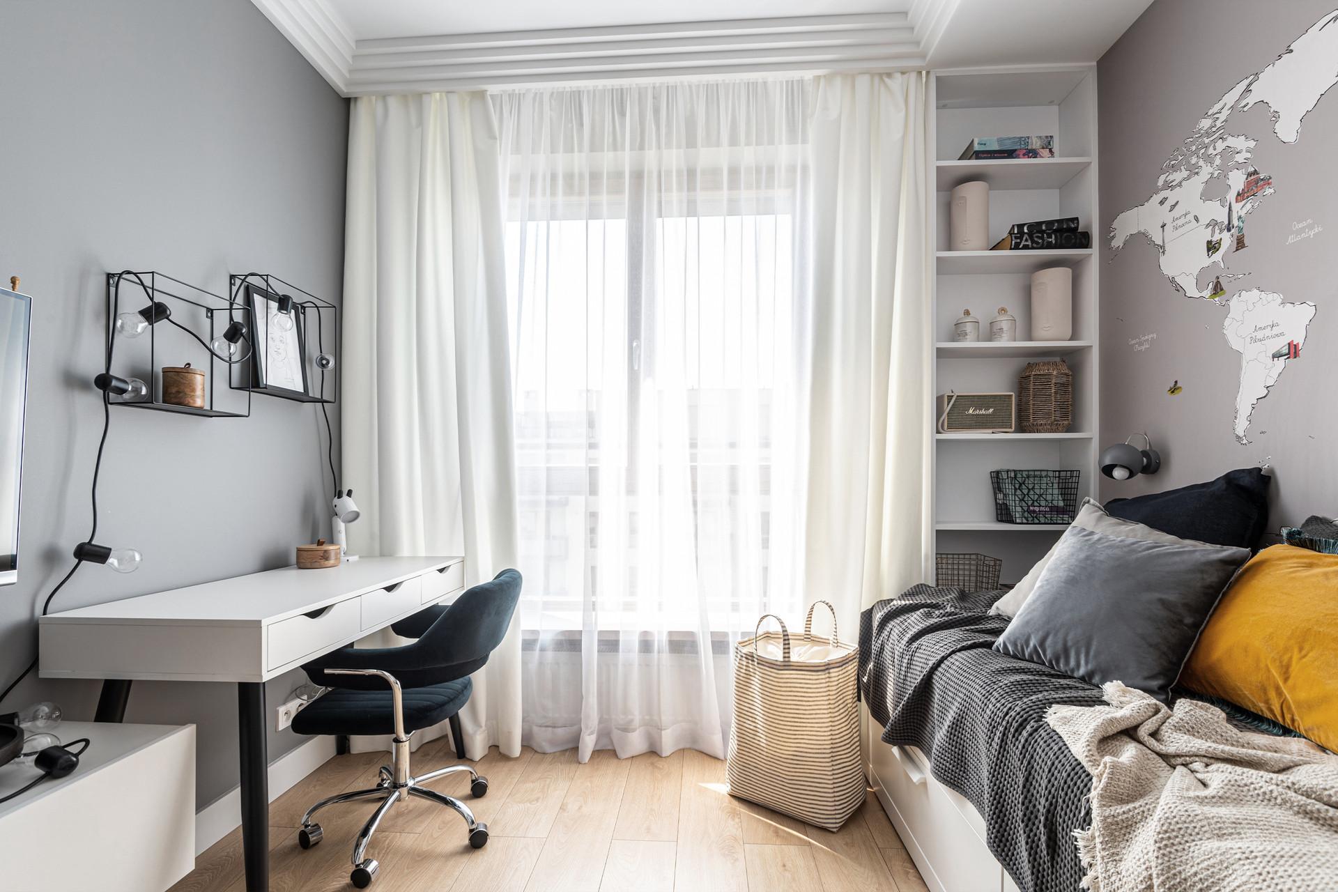 Marika Kafar. Pokój w przygaszonych kolorach z żółtym akcentem w kształcie poduszek.