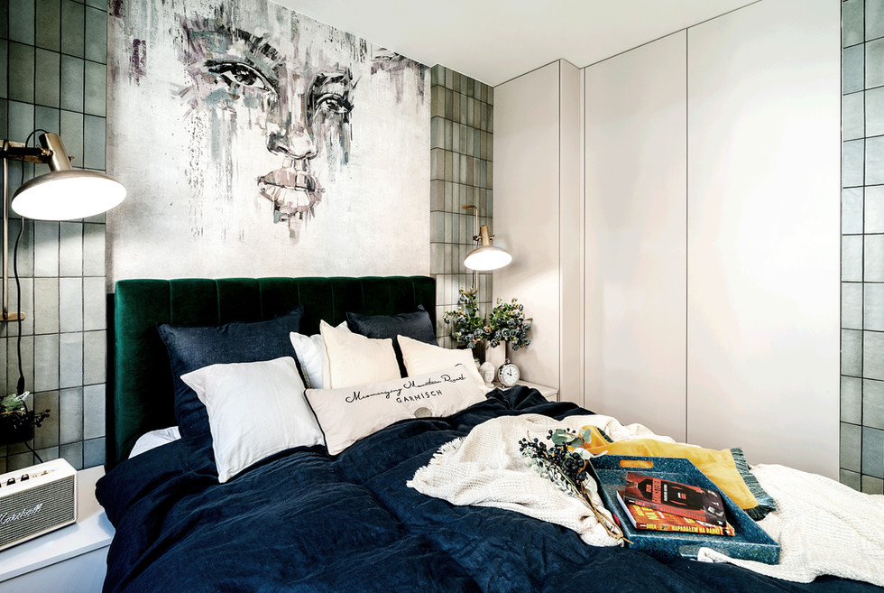 Marika Kafar. Nowoczesna sypialnia z kafelkami na ścianie.