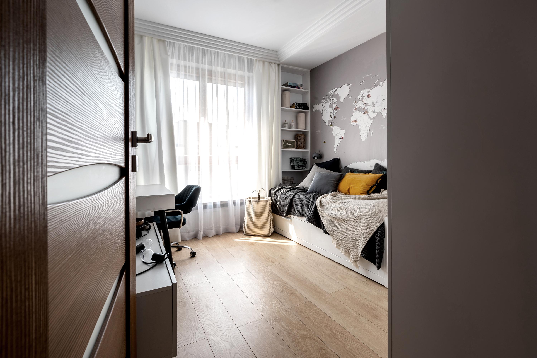 Marika Kafar. Projekt pokoju dla chłopca z drewnianą podłogą.