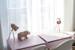 Marika Kafar.  Pokój dziecięcy z różowym biurkiem.