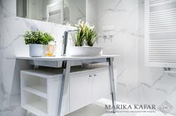 Marika Kafar. Projekt jasnej, nowoczesnej łazienki  ze  srebrnymi elementami.