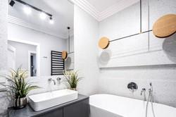 Marika Kafar. Designerska lampa w łazience.