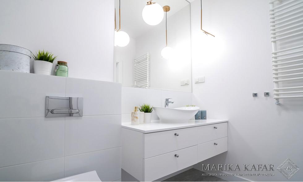 Marika Kafar.Biała łazienka z designerskimi lampami.