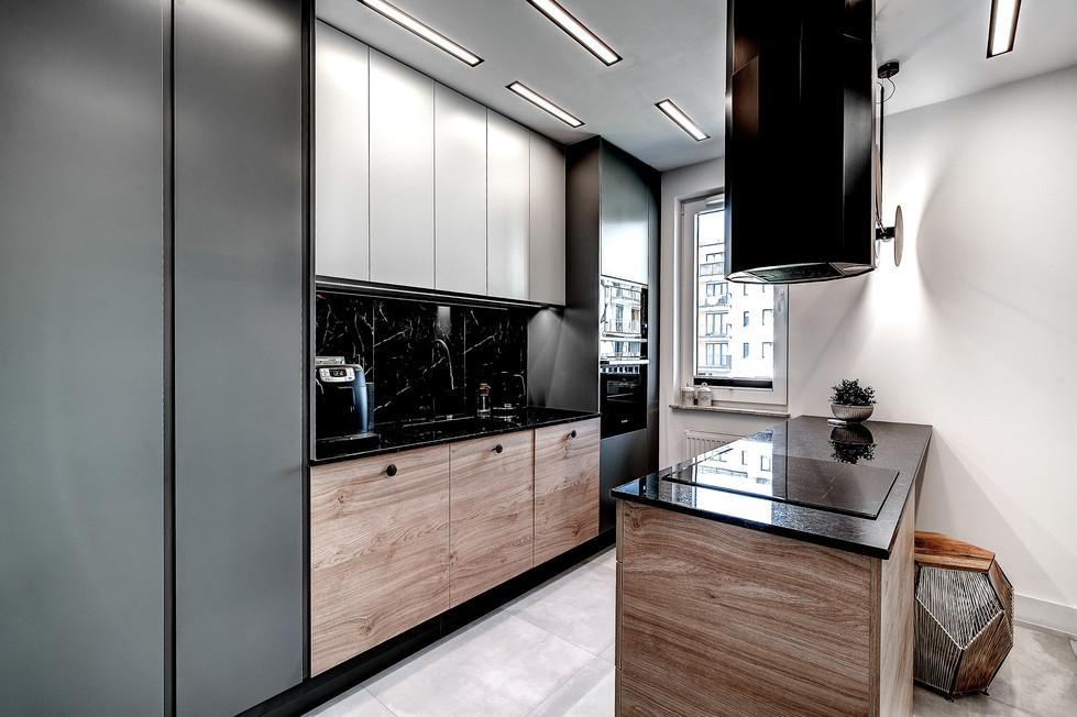 Marika Kafar. Projekt ciemnej kuchni z elementami czerni.