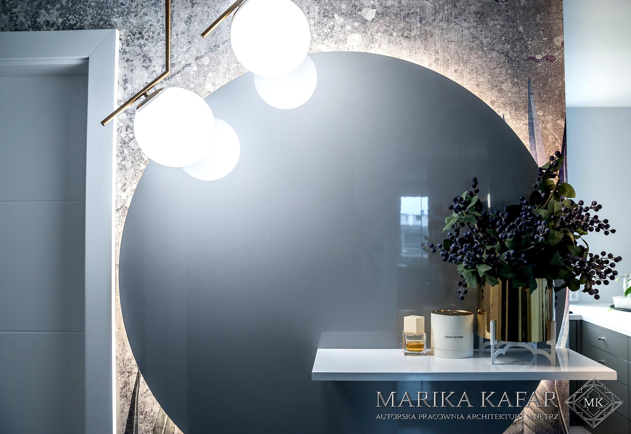 Marika Kafar. Projekt holu z dużym podświetlonym lustrem.