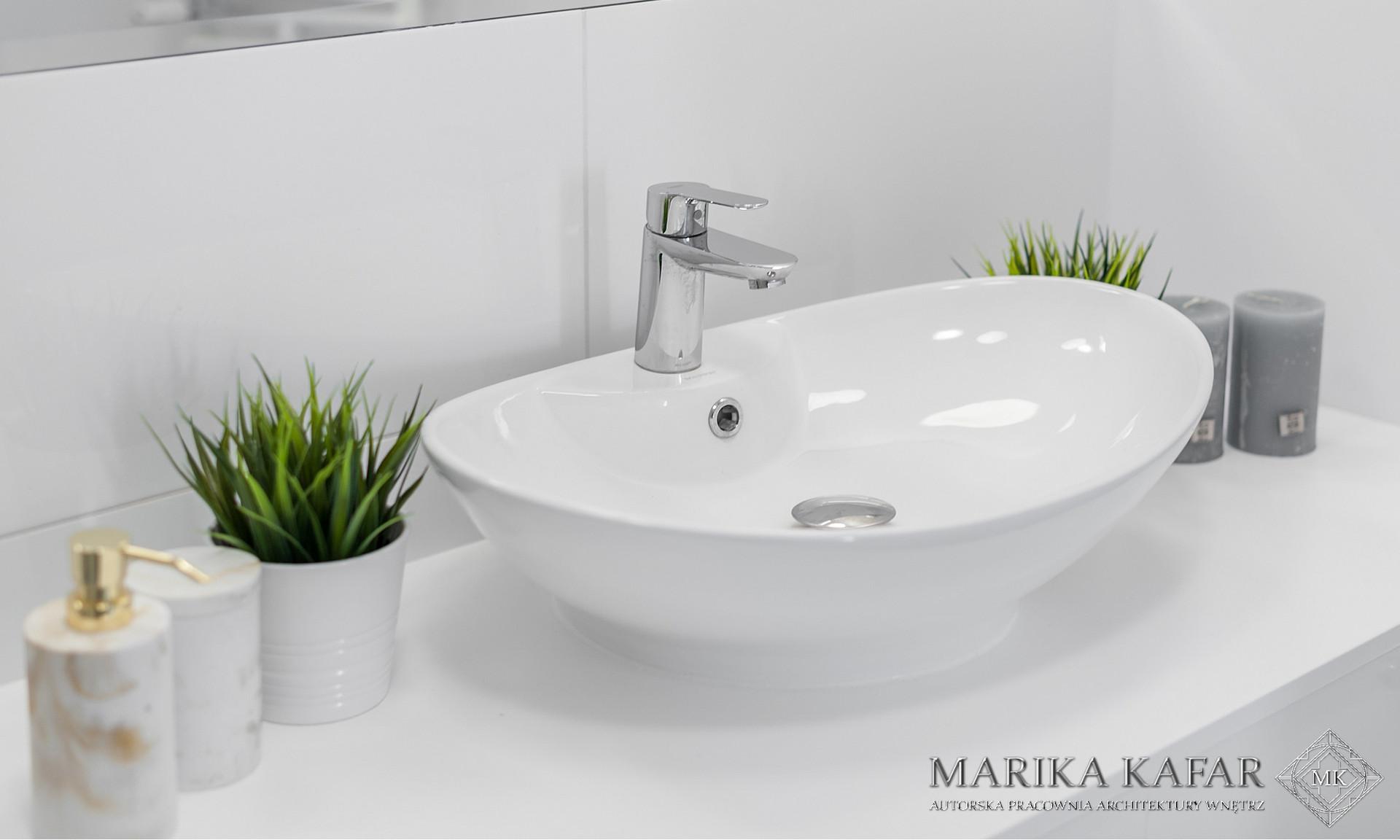 Marika Kafar. Umywalka w minimalistycznej białej łazience.