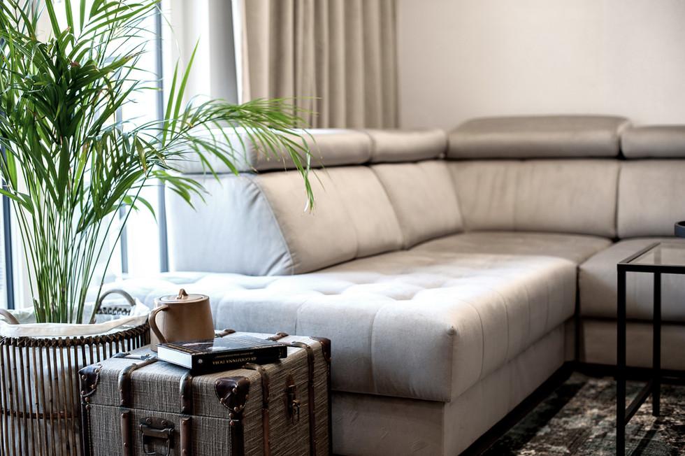 Marika Kafar. Salon z kanapą narożną.