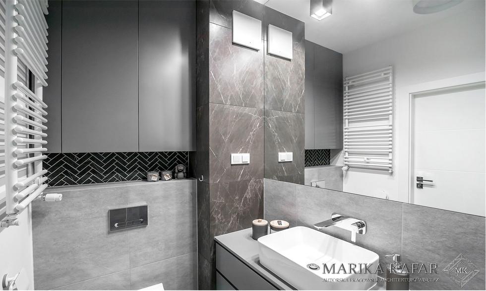 Marika Kafar. Elegancka łazienka w której użyto szarości w różnych odcieniach.