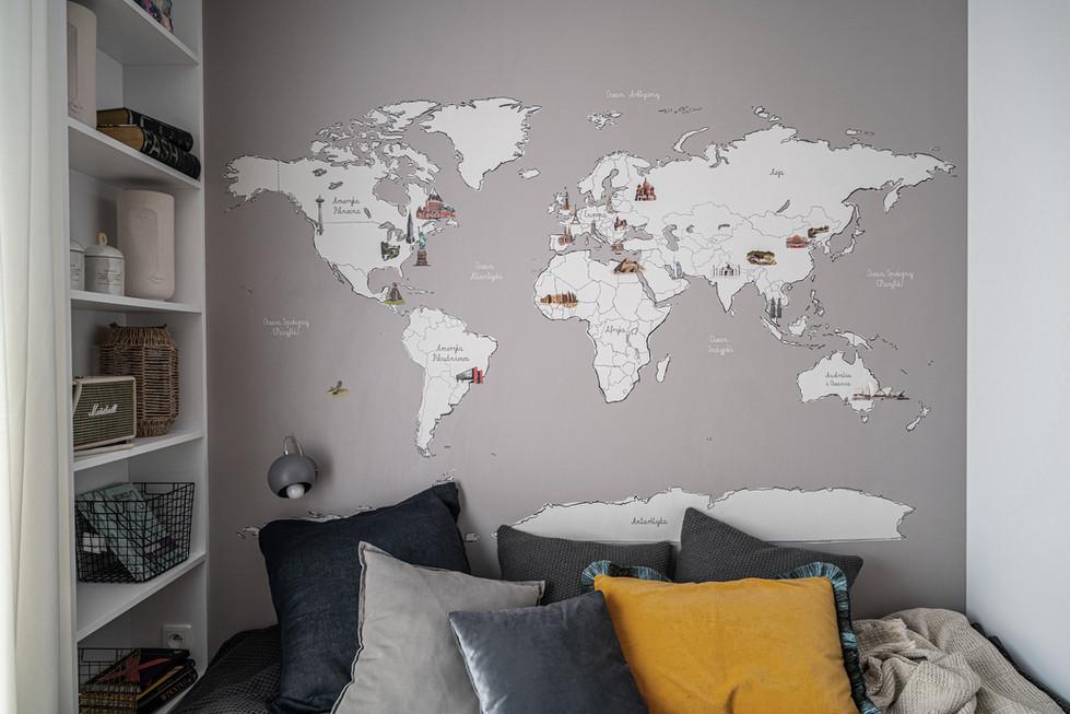 """Marika Kafar. Chłopięcy pokój z tapętą """"mapa świata"""" nad łóżkiem"""