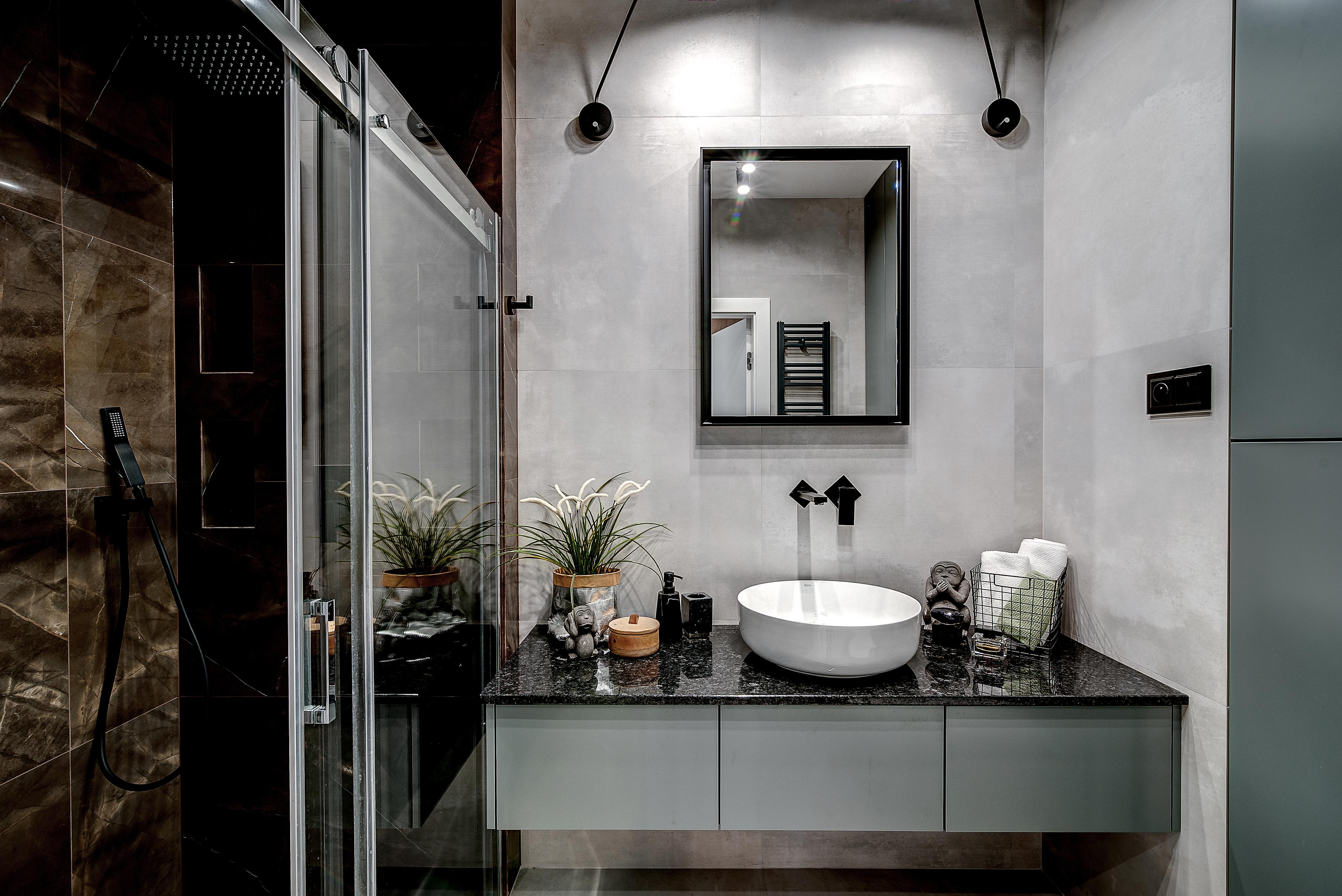 Marika Kafar. Projekt eleganckiej łazienki oparty na ciemnej gamie kolorystycznej.