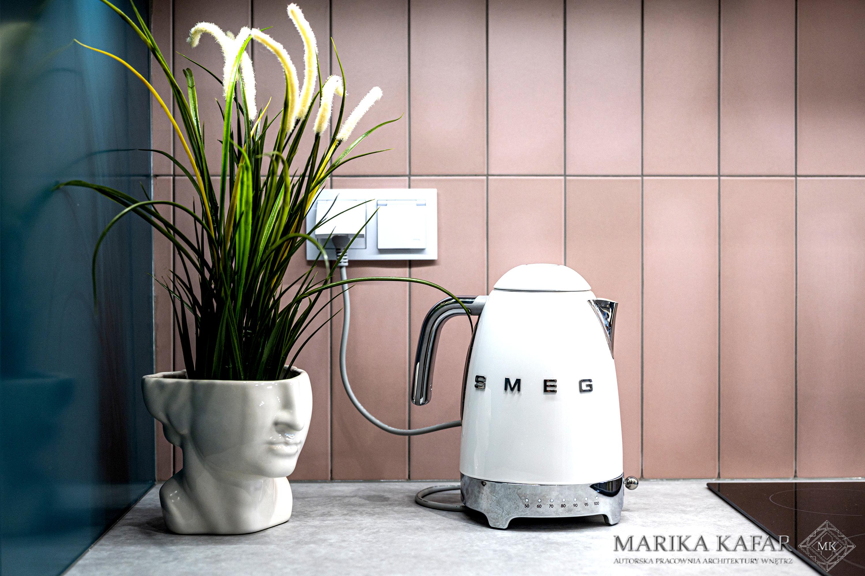 Marika Kafar. Projekt kuchni z różowymi kafelkami.