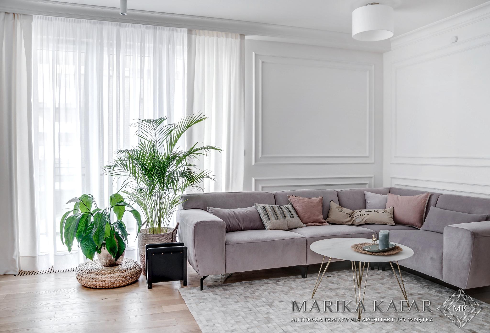 Marika Kafar. Projekt jasnego salonu z różową kanapą.