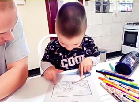 Como os pais podem ajudar os filhos neste momento de aulas on-line.