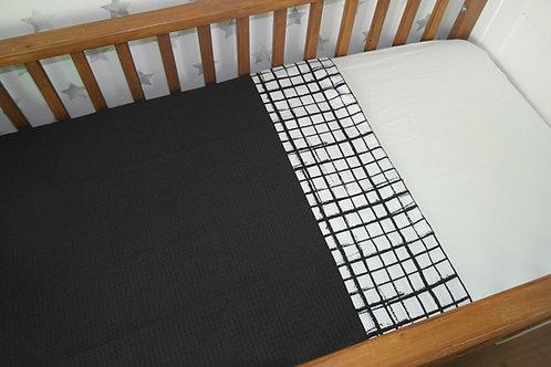 Ledikant/wieg laken/deken zwart en ruit