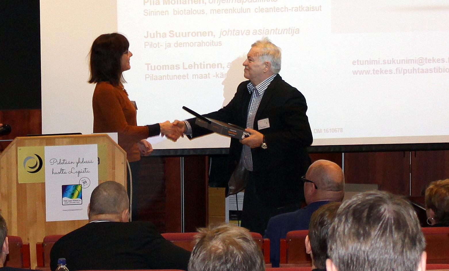 Rolf luovutti puhujille kiitoslahjan