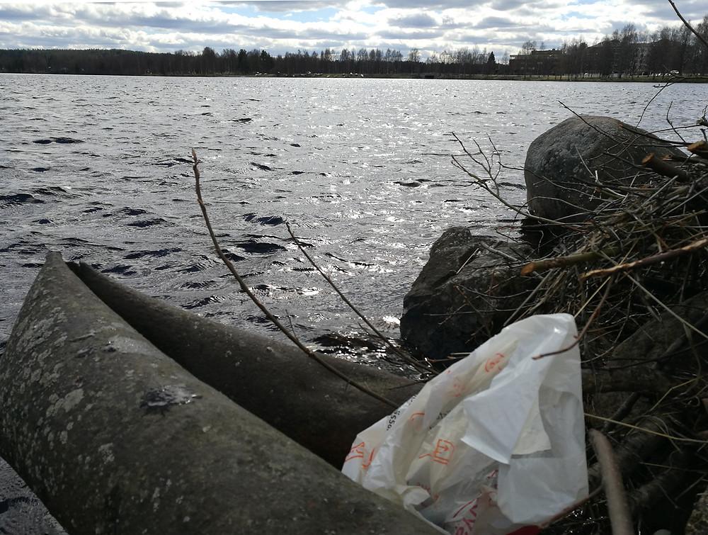 Lumien sulettua roskia on liiankin helppo löytää. Kuva: Anttu Mattila