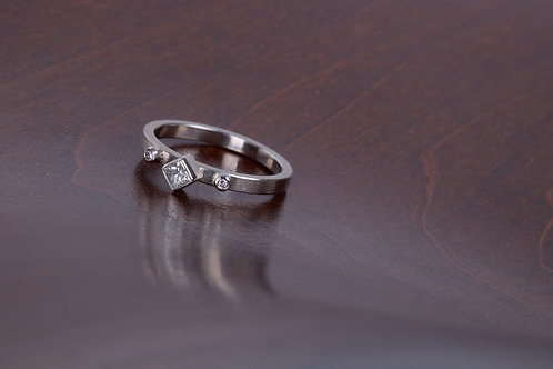 White Gold and Diamond Engagement Ring (04047)