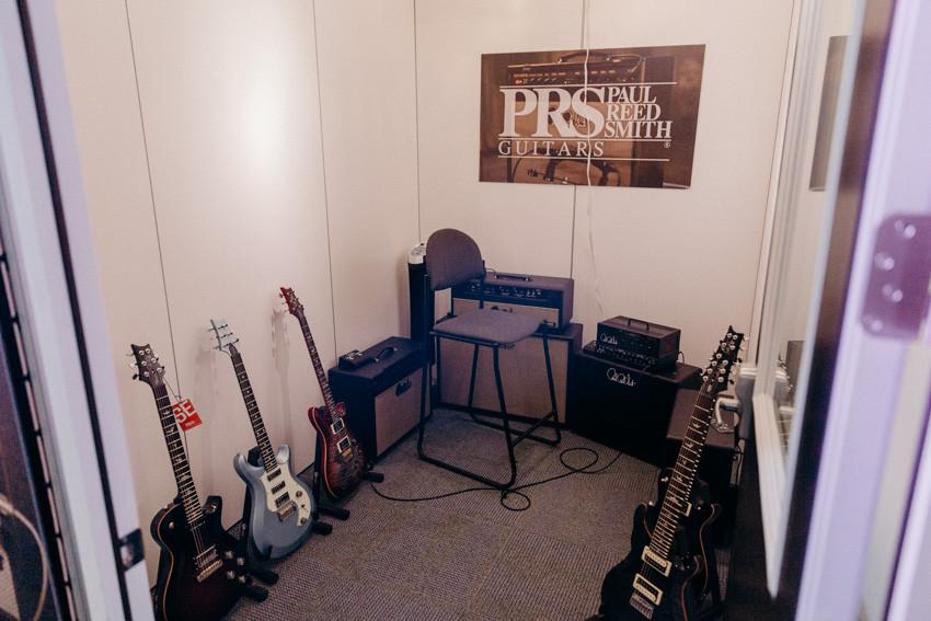 各種ギターやアンプをチェックできる試奏エリア