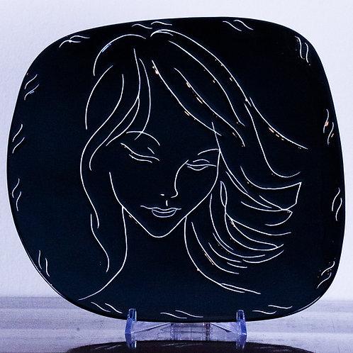 LENCI - Piatto decorato nero con viso di ragazza