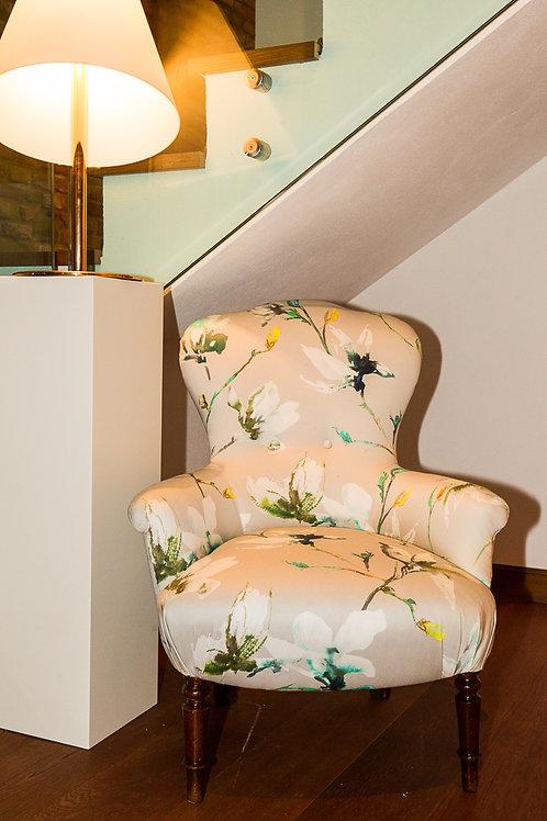 Poltroncina primi '900 rivestita con tessuto a fiori, gambe in noce