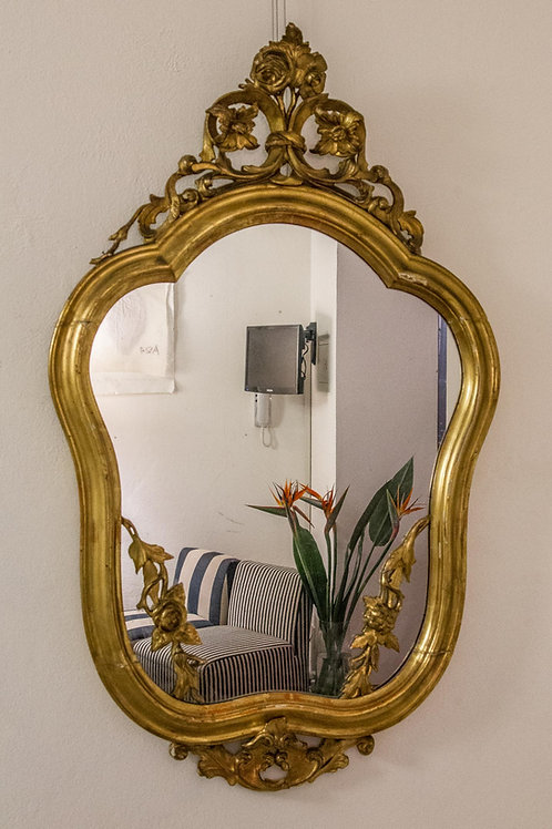 Imponente specchiera in legno dorato con intagli