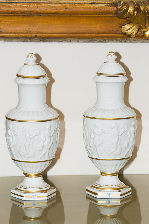 Splendida coppia di antichi vasi in porcellana bianca di Capodimonte (Napoli)