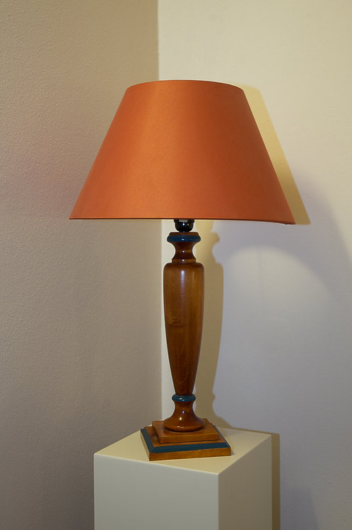 Lampada con base e alzata in legno, a decoro blu, con cappello in stoffa marrone