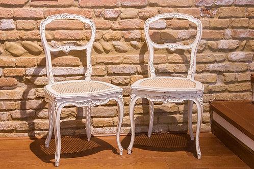 Coppia di sedie bianche in paglia di Vienna, seconda metà del '900