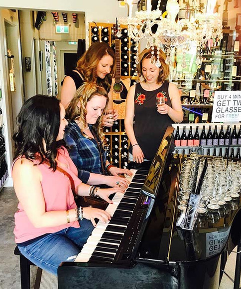 Group-Girls-Frequency-Winery-Piano-compr