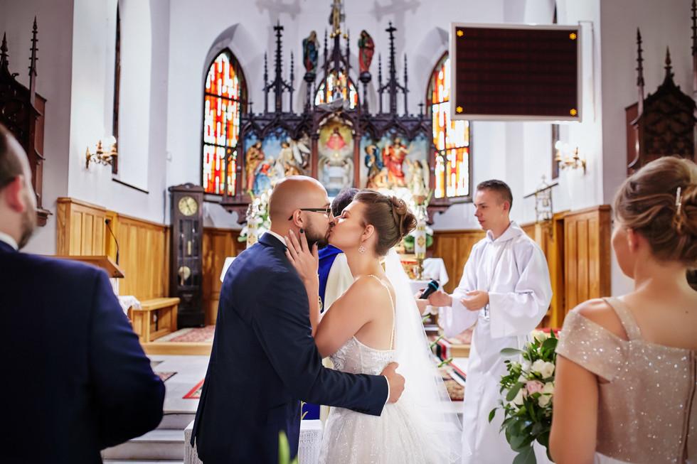 pocałunek przed ołtarzem -Kościół Olecko