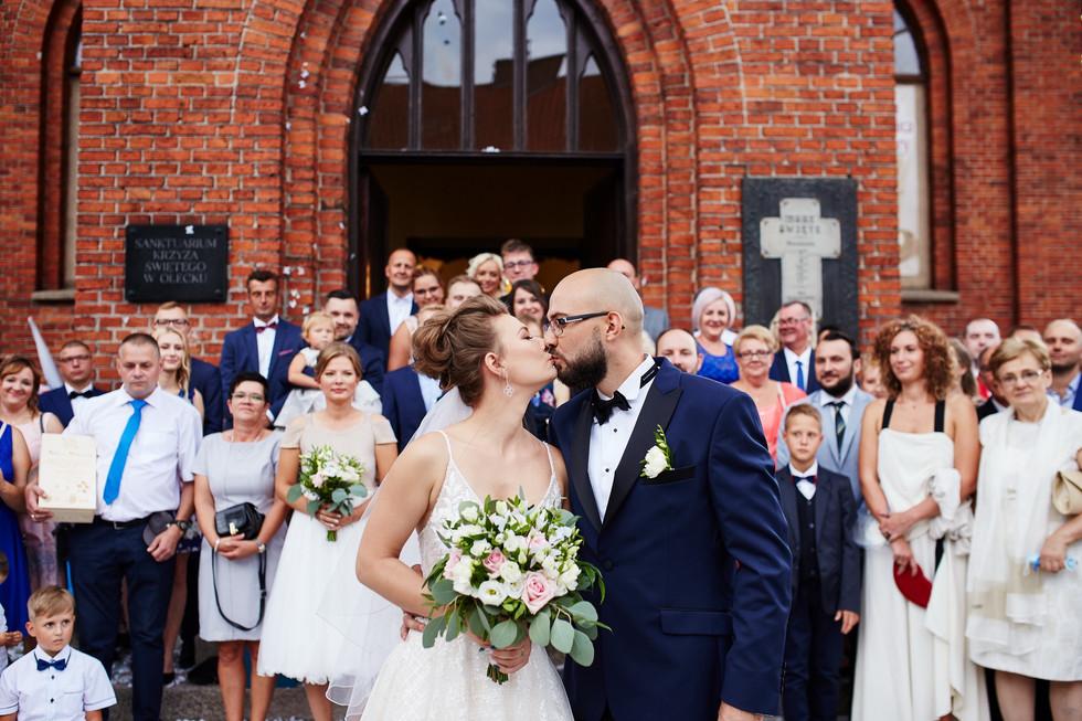 pocałunek przy zdjęciu grupowym