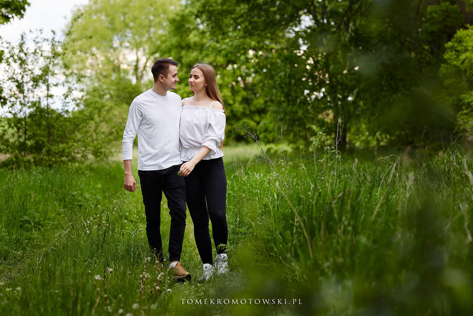leśny spacer zakochanych fotograf