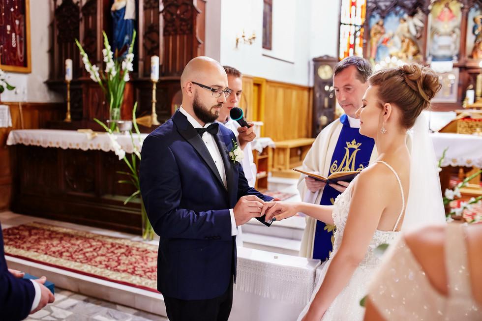 nakłdanie obrączek fotografia ślubna Olecko
