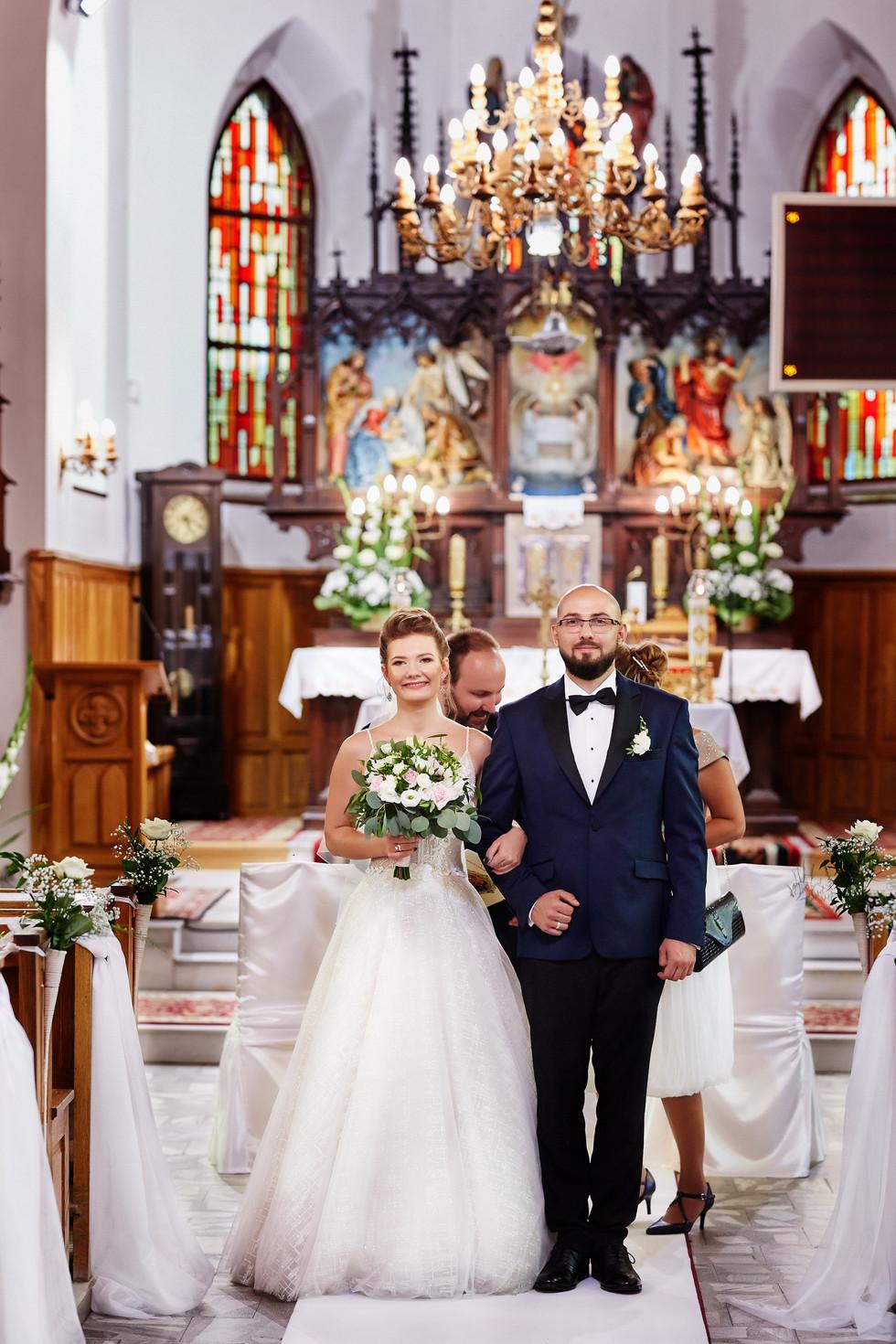 wyjście z kościoła -Olecko para młoda