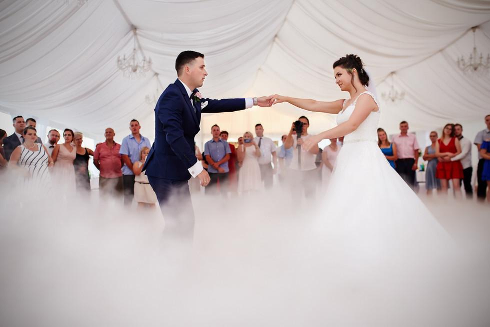 pierwszy taniec ślubny w namiocie