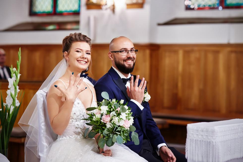 obrączki ślubne w Kościele -Para młoda Olecko