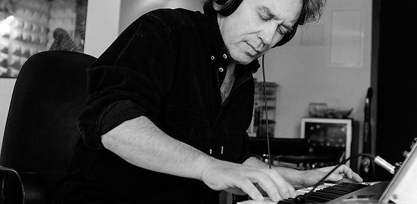 Javier Mora-grabación de Mini Moog en La Choza