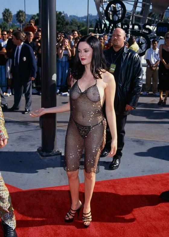 Female Celebrities Continue To Cherish Braless Fashion In 2021