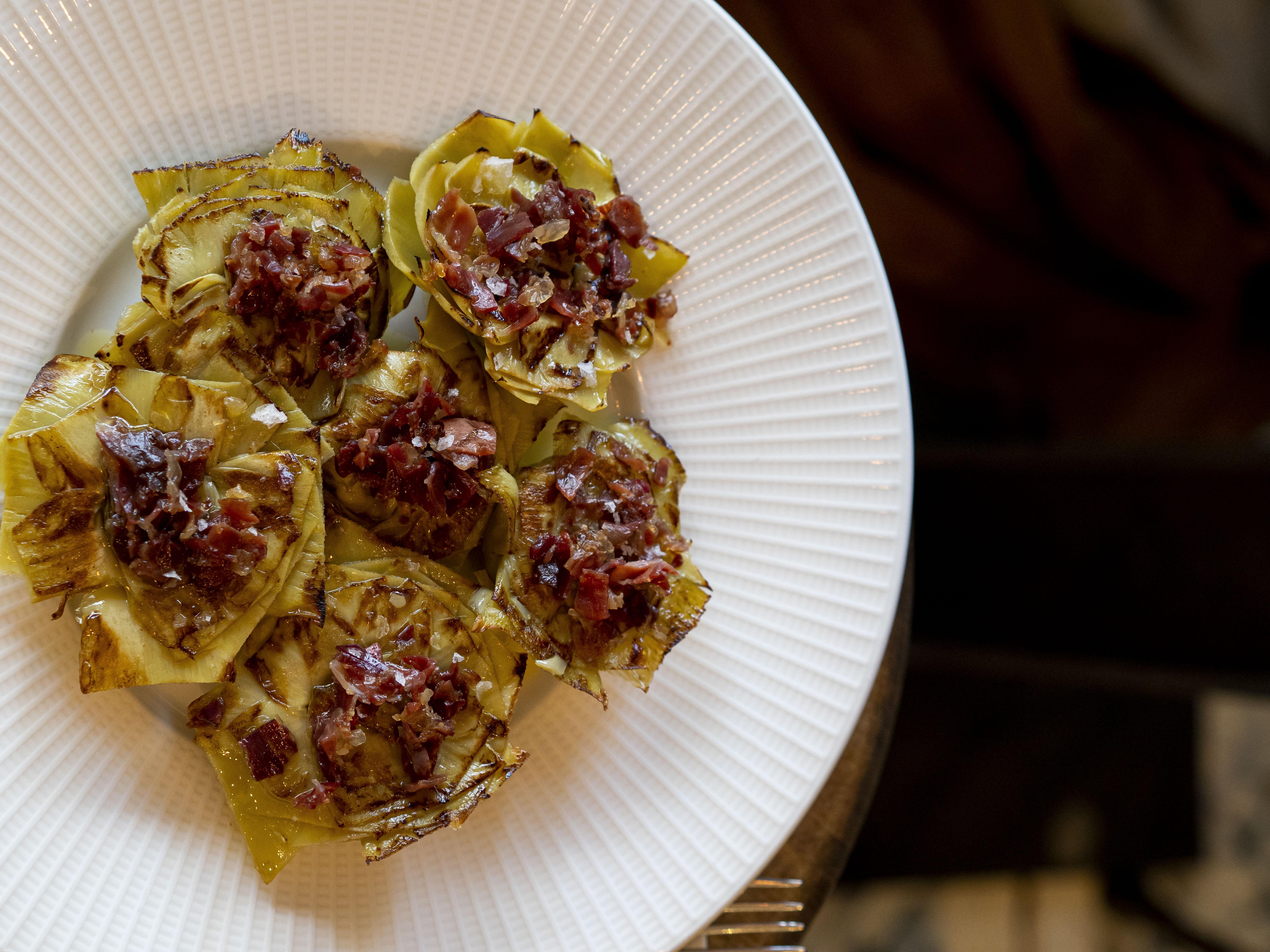 Flores alcachofas con jamon iberico de bellota