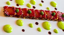 Salmon semi marinado en remolacha, gel de soja, emulsion de wasabi y furikake
